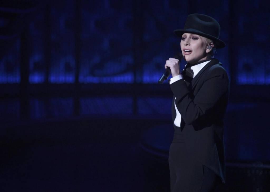 Lady Gaga, abito monospalla e cappello al concerto16