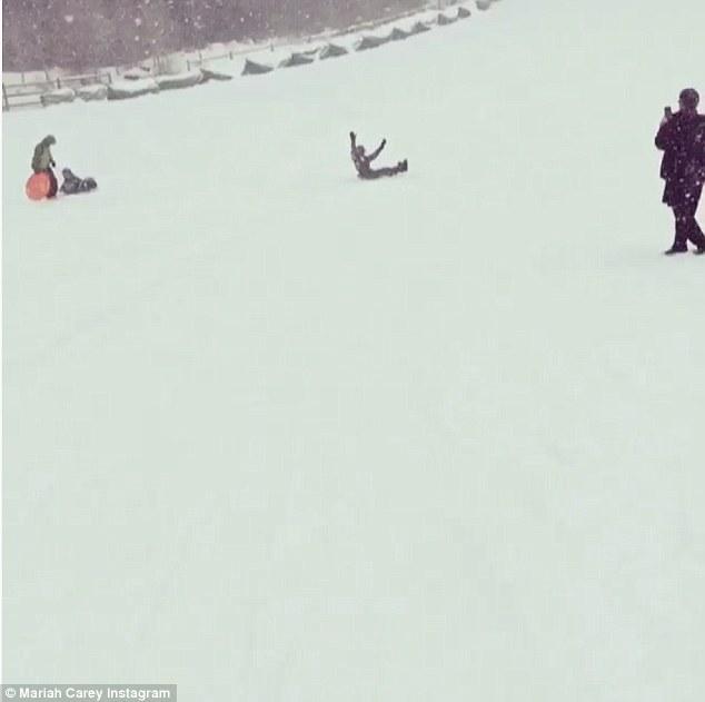 Mariah Carey gioca a palle di neve con i gemelli