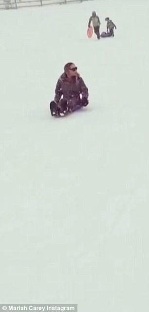Mariah Carey gioca a palle di neve con i gemelli10