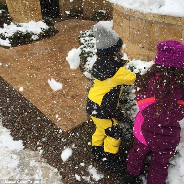 Mariah Carey gioca a palle di neve con i gemelli6