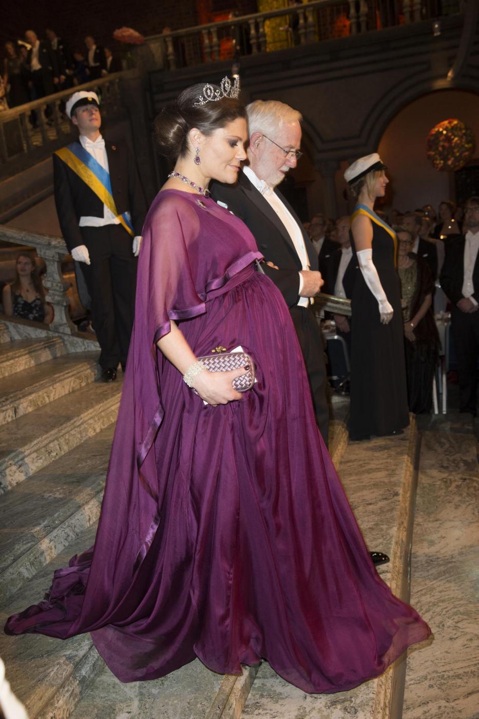 Nobel, principessa di Svezia incinta con abito a vita alta14