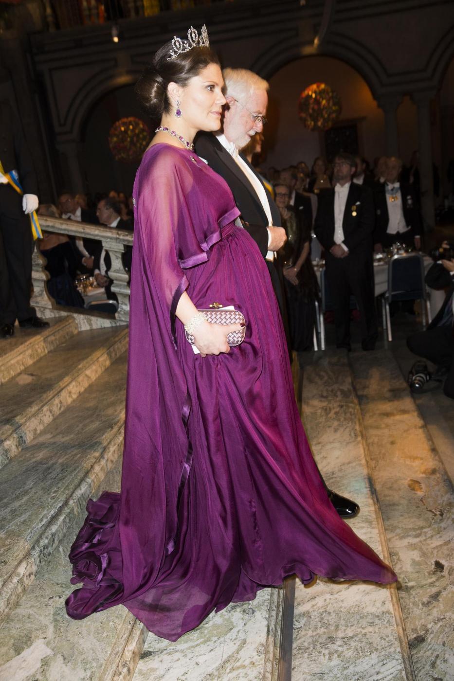 Nobel, principessa di Svezia incinta con abito a vita alta5