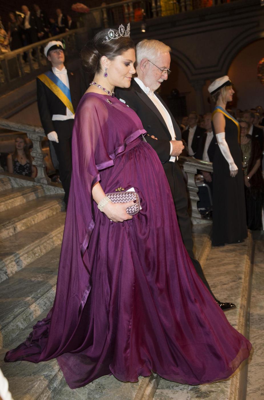 Nobel, principessa di Svezia incinta con abito a vita alta3