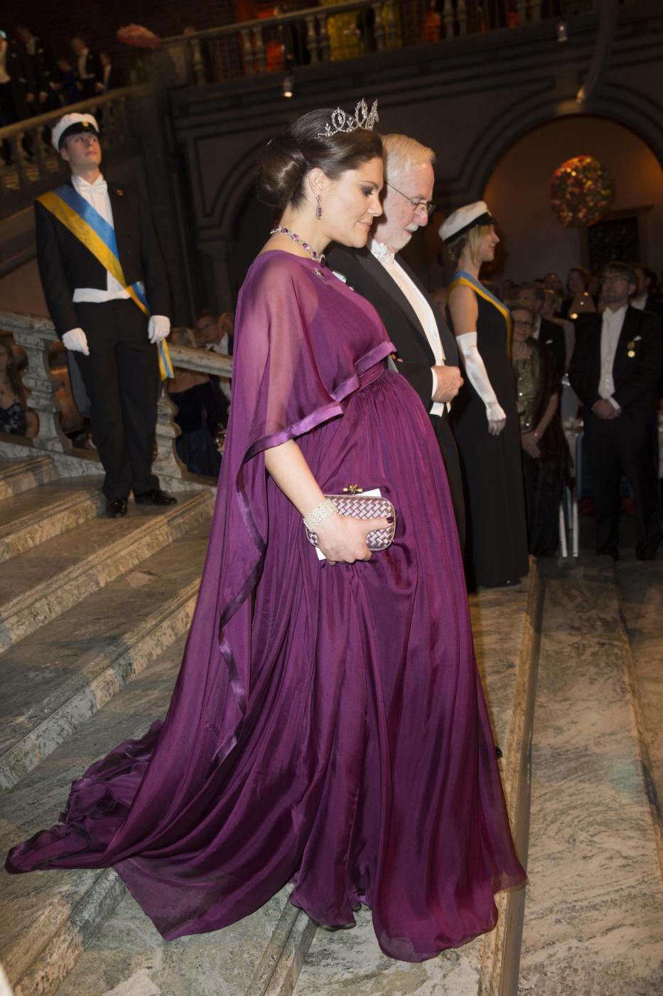 Nobel, principessa di Svezia incinta con abito a vita alta13