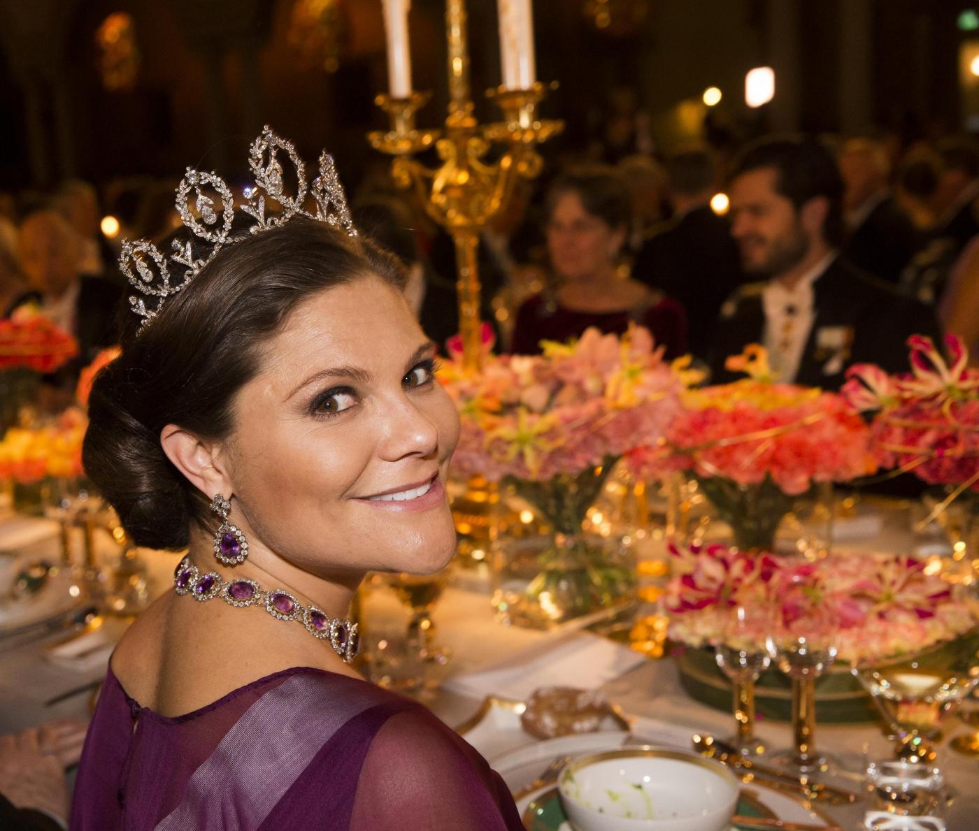 Nobel, principessa di Svezia incinta con abito a vita alta6