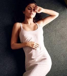 Selena Gomez sensuale senza reggiseno con la sottoveste cipria FOTO