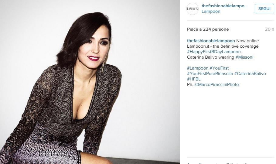 Caterina Balivo, abito rosso aderente e tacchi FOTO