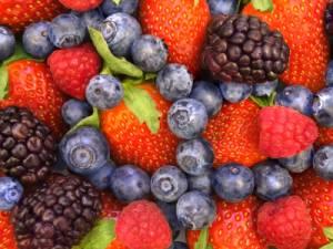 Dieta per la pelle: frutti di bosco, noci, cioccolato...