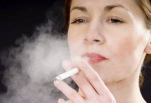 Fumo, fertilità a rischio per le donne. E menopausa precoce