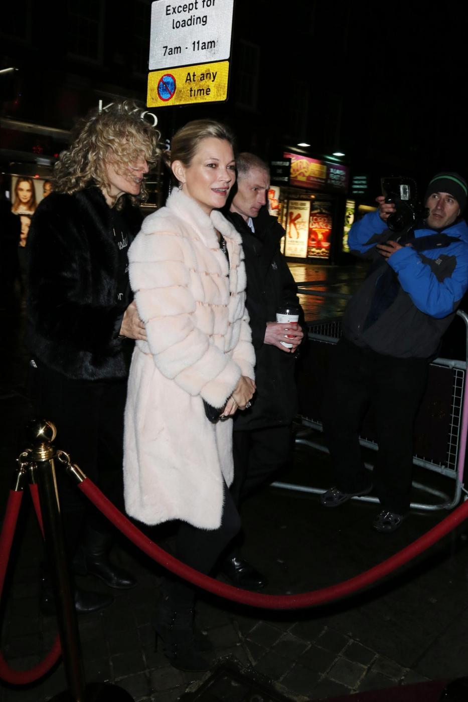 Kate Moss chic con la pelliccia bianca2
