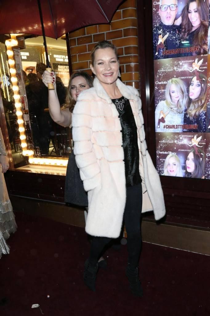 Kate Moss chic con la pelliccia bianca11