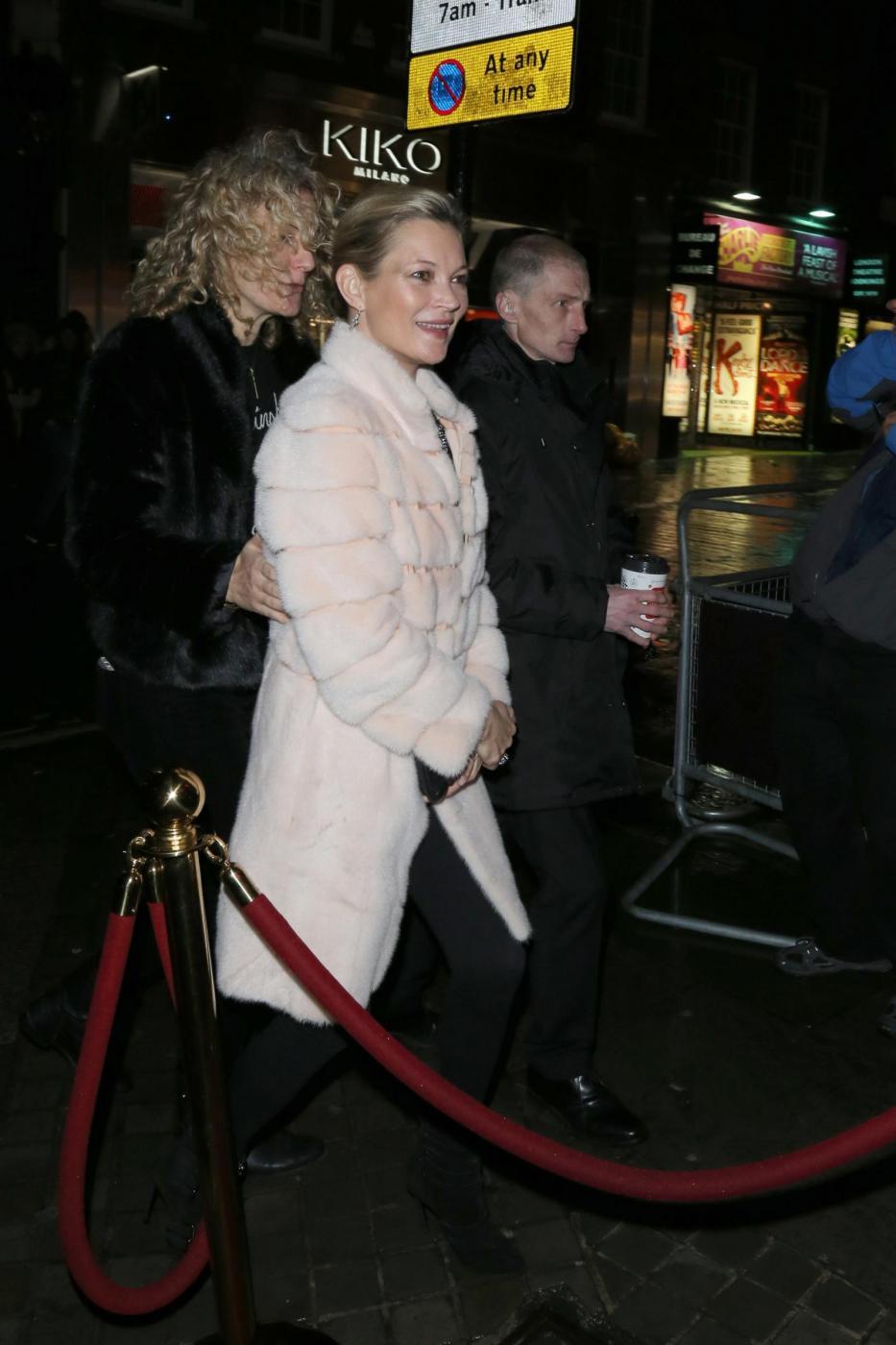 Kate Moss chic con la pelliccia bianca3