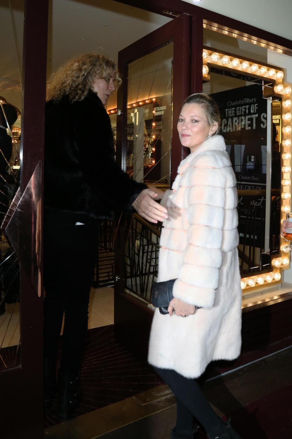 Kate Moss chic con la pelliccia bianca4