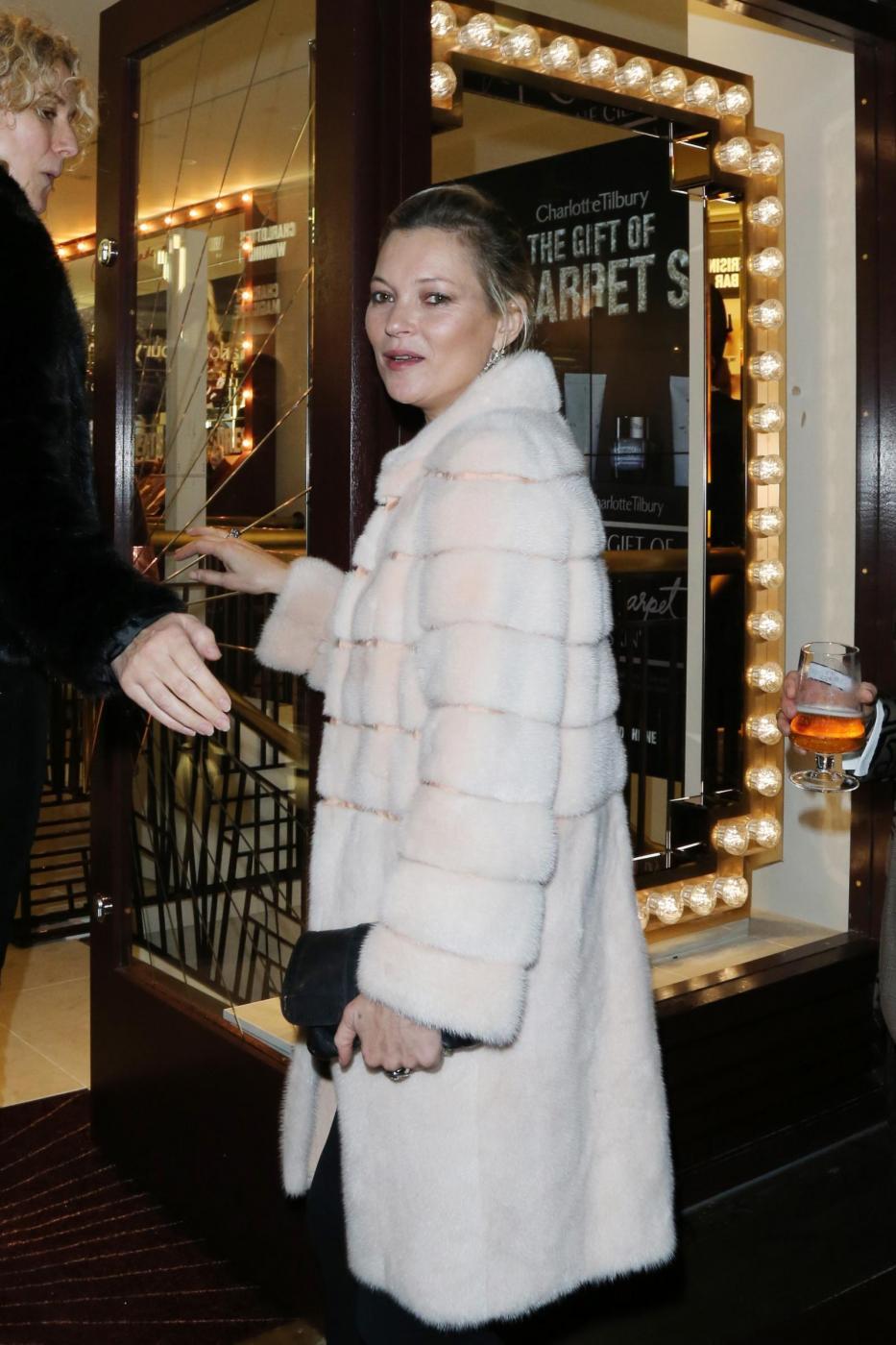 Kate Moss chic con la pelliccia bianca5