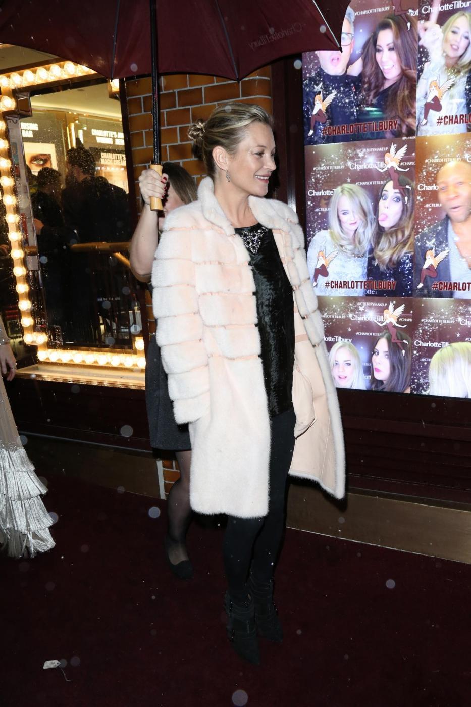 Kate Moss chic con la pelliccia bianca8