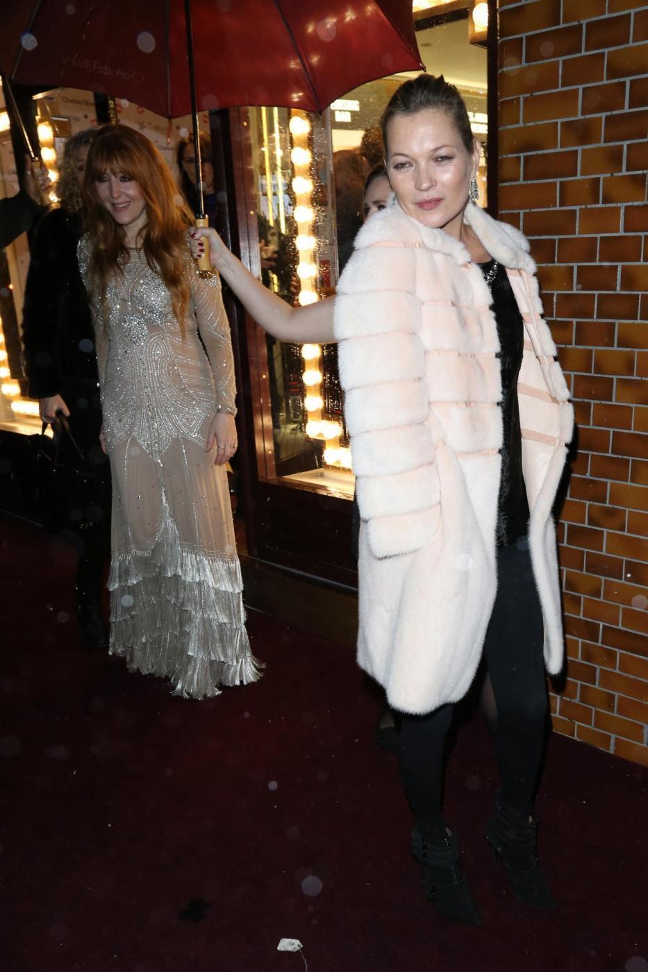 Kate Moss chic con la pelliccia bianca10