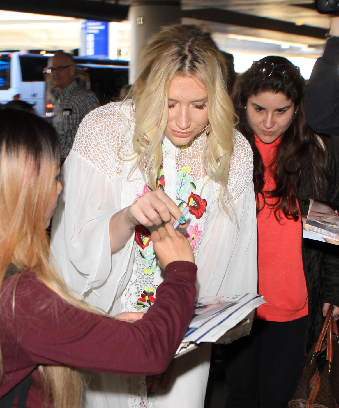 Kesha in tunica bianca e struccata firma autografi12