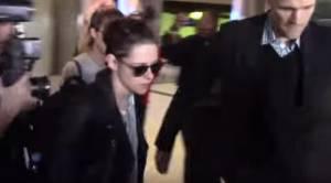 Kristen Stewart imbronciata all'aeroporto