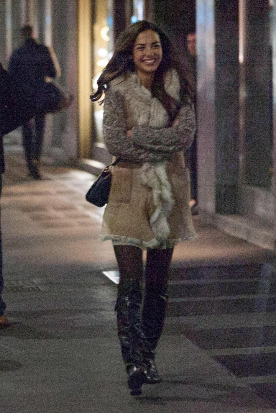 Laura Barriales in stivali e pelliccia a fare shopping8