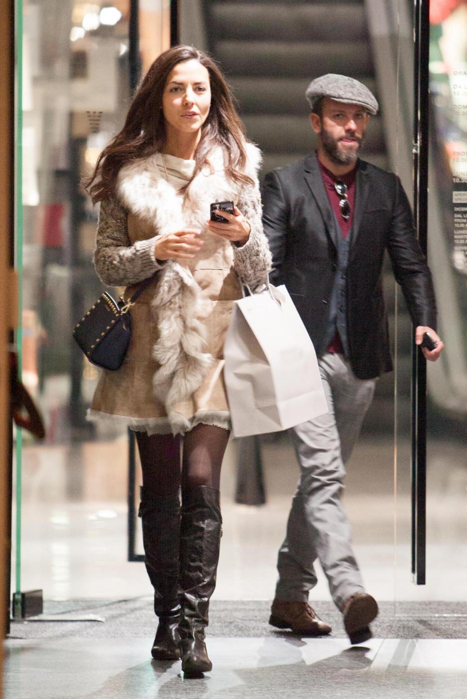 Laura Barriales in stivali e pelliccia a fare shopping 2