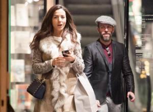 Laura Barriales in stivali e pelliccia a fare shopping13