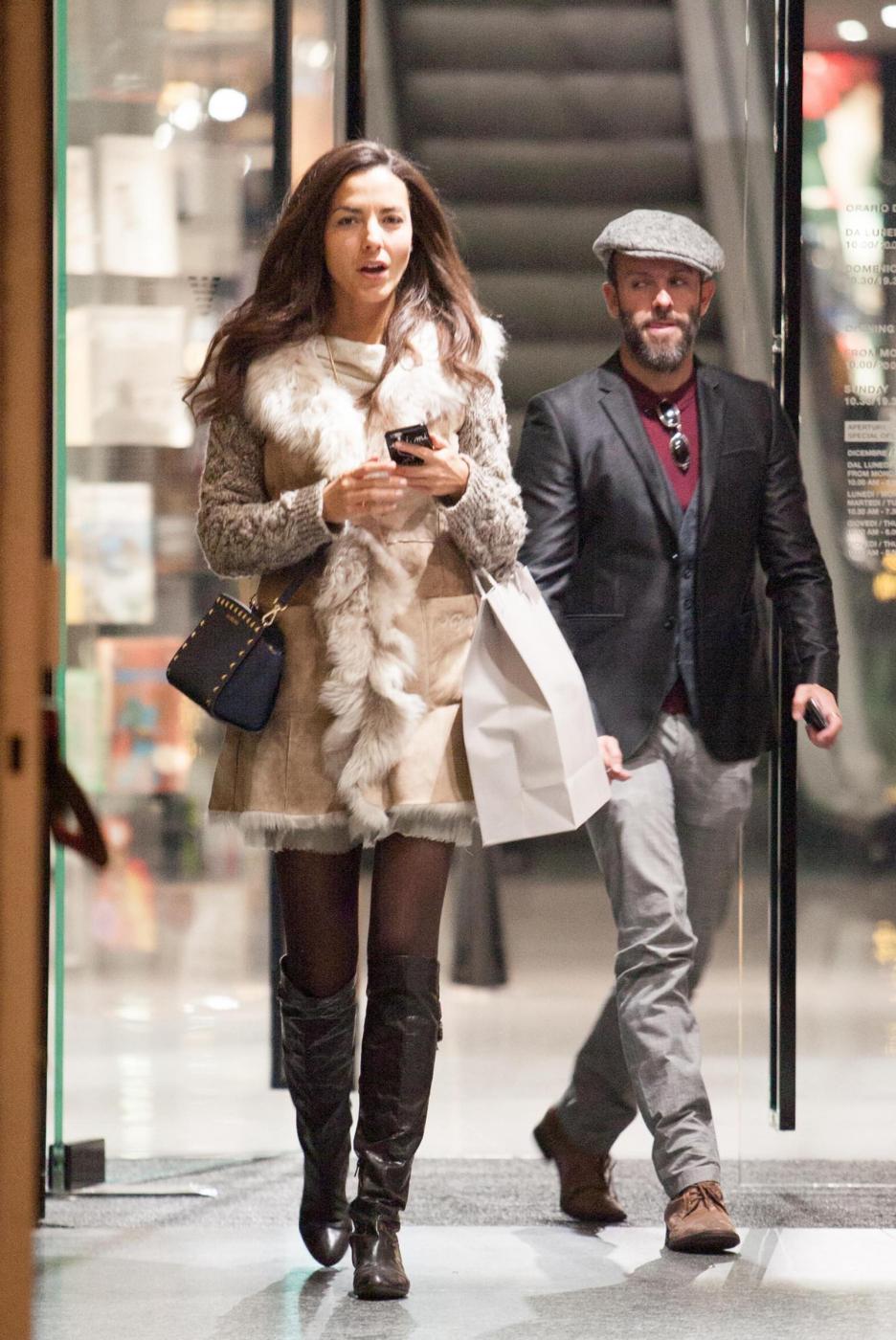 Laura Barriales in stivali e pelliccia a fare shopping 3