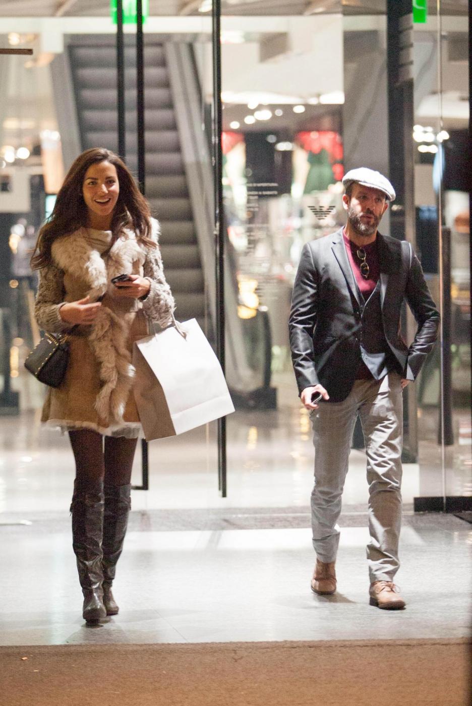 Laura Barriales in stivali e pelliccia a fare shopping 4