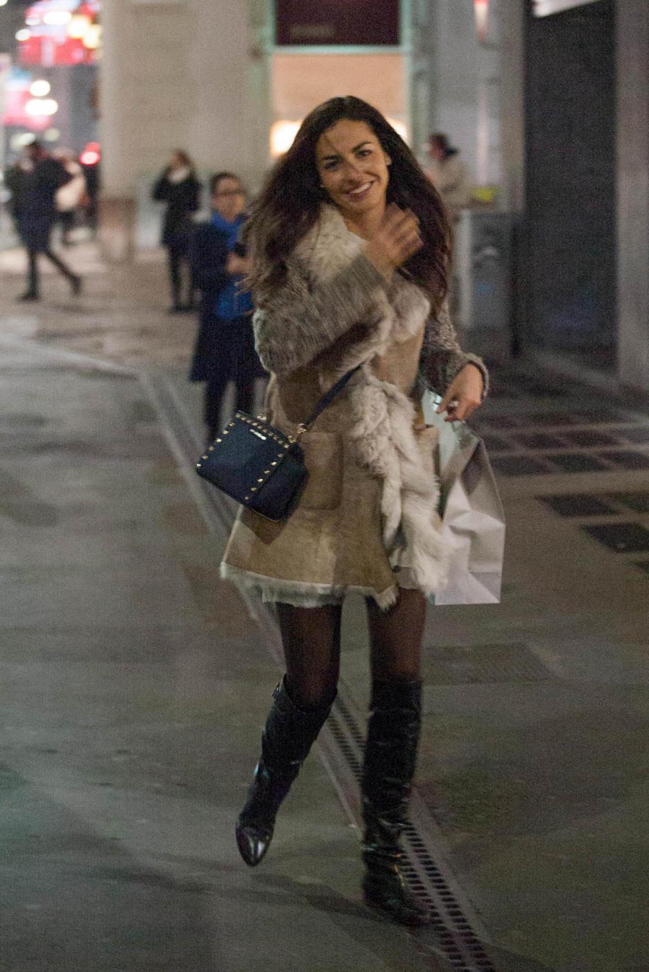 Laura Barriales in stivali e pelliccia a fare shopping 6