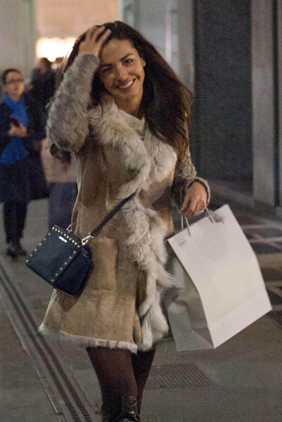 Laura Barriales in stivali e pelliccia a fare shopping16