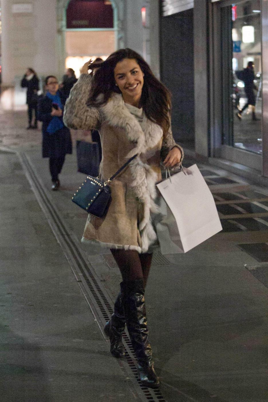 Laura Barriales in stivali e pelliccia a fare shopping11