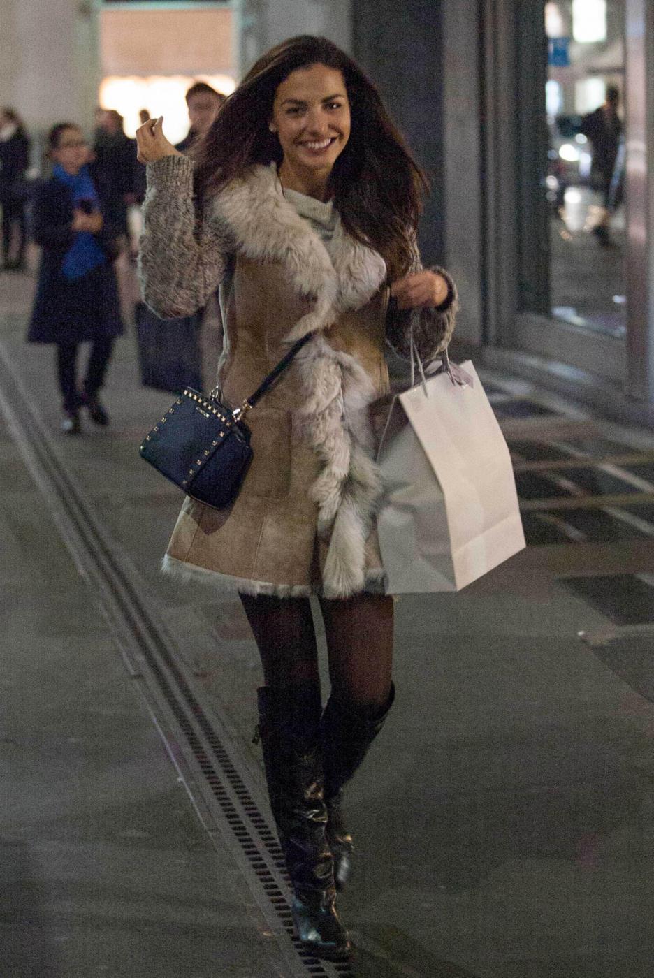 Laura Barriales in stivali e pelliccia a fare shopping2