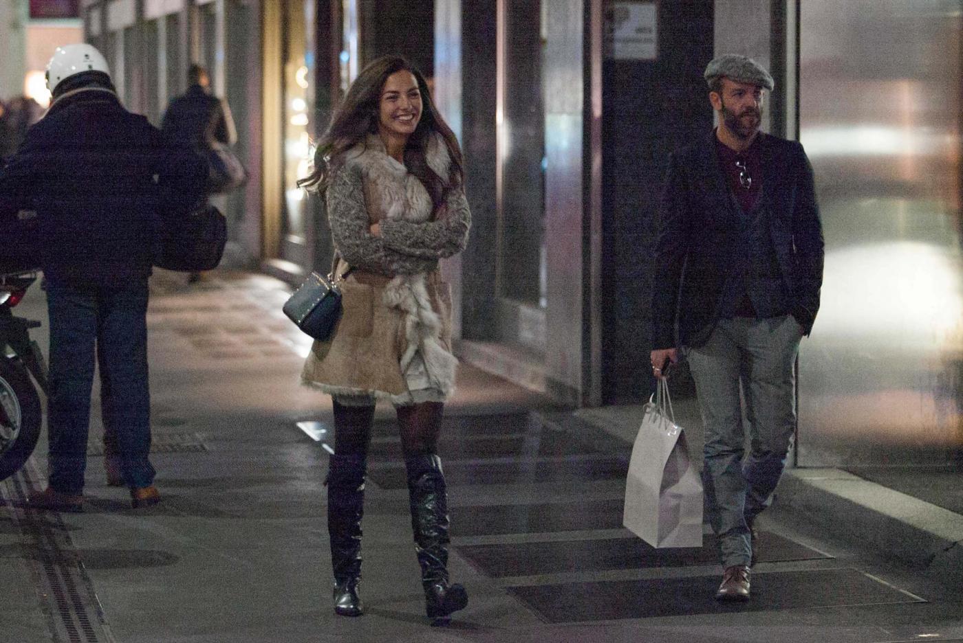 Laura Barriales in stivali e pelliccia a fare shopping15