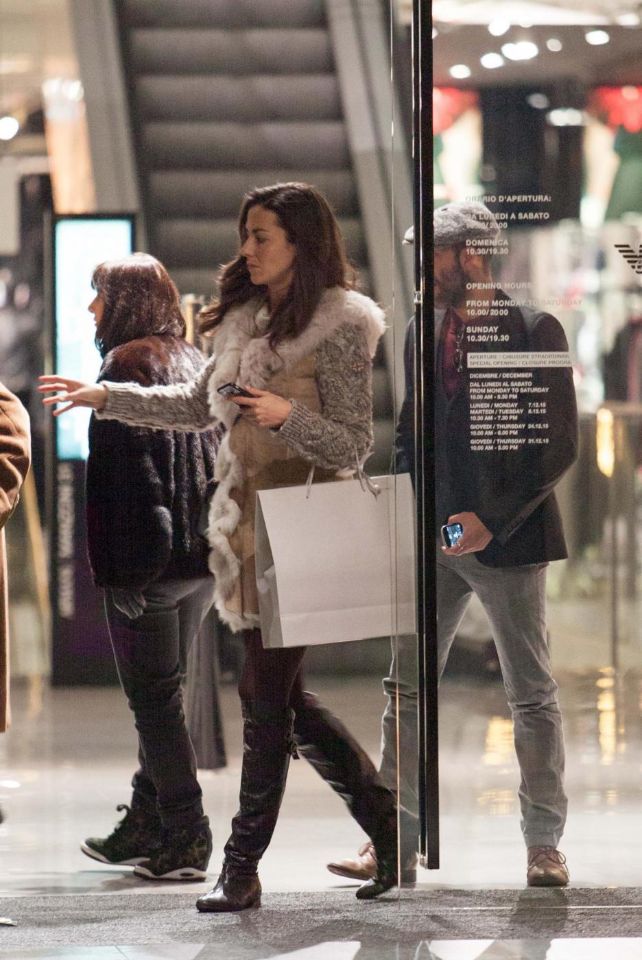 Laura Barriales in stivali e pelliccia a fare shopping 8