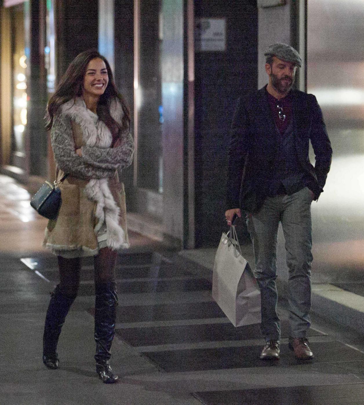 Laura Barriales in stivali e pelliccia a fare shopping20
