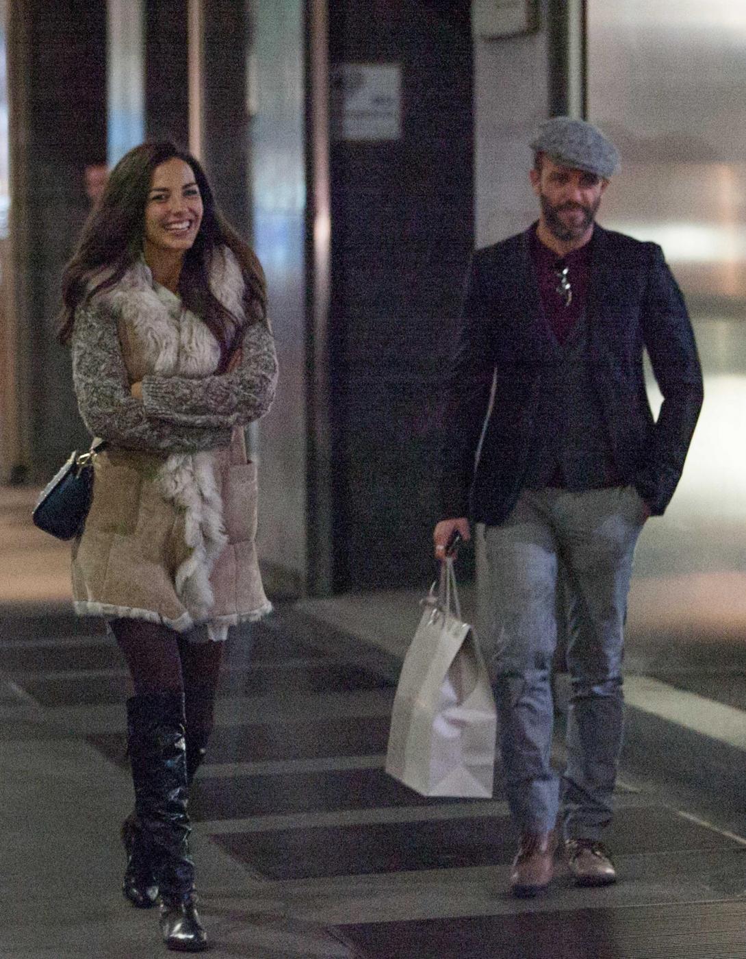 Laura Barriales in stivali e pelliccia a fare shopping19