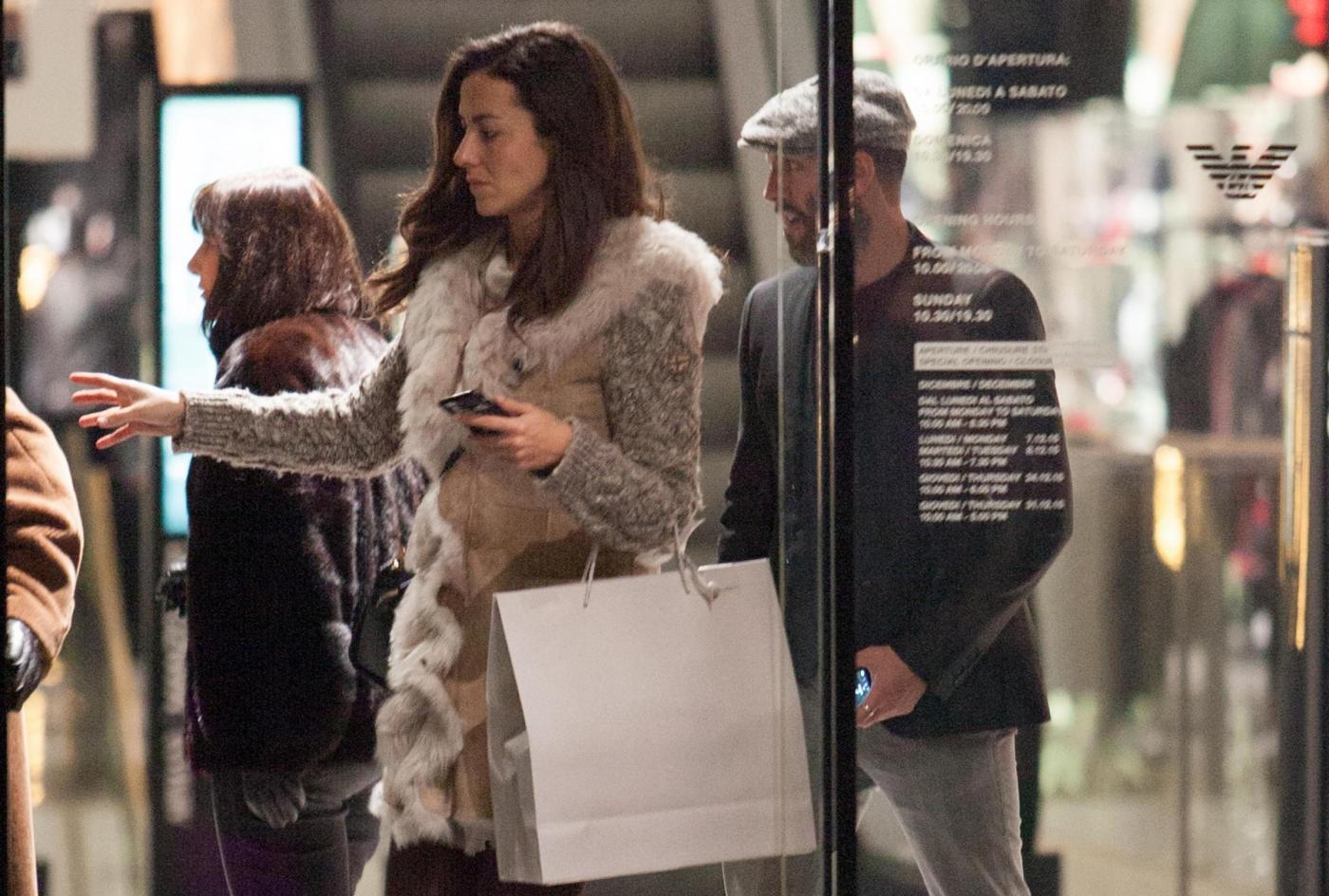Laura Barriales in stivali e pelliccia a fare shopping 9