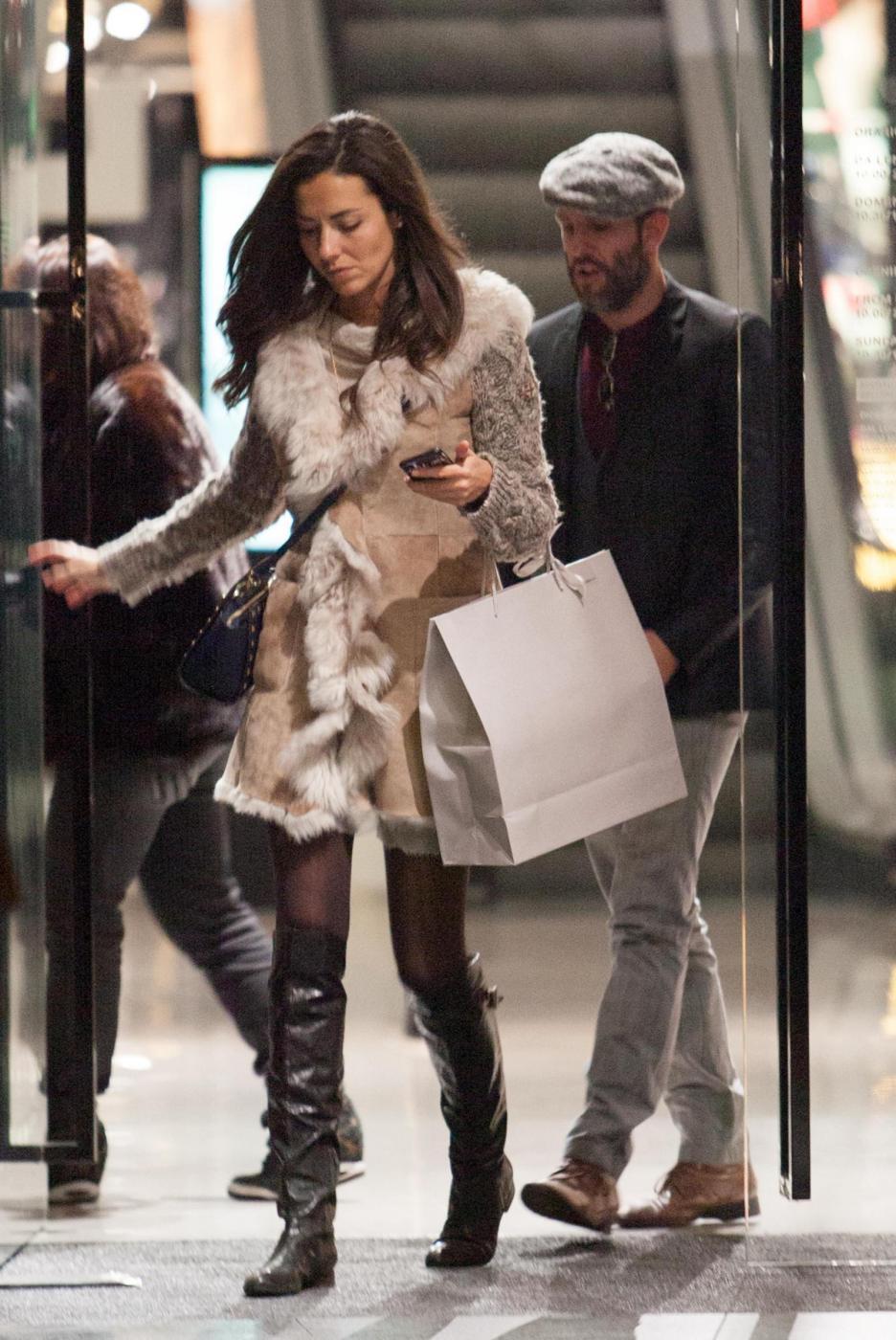 Laura Barriales in stivali e pelliccia a fare shopping 5