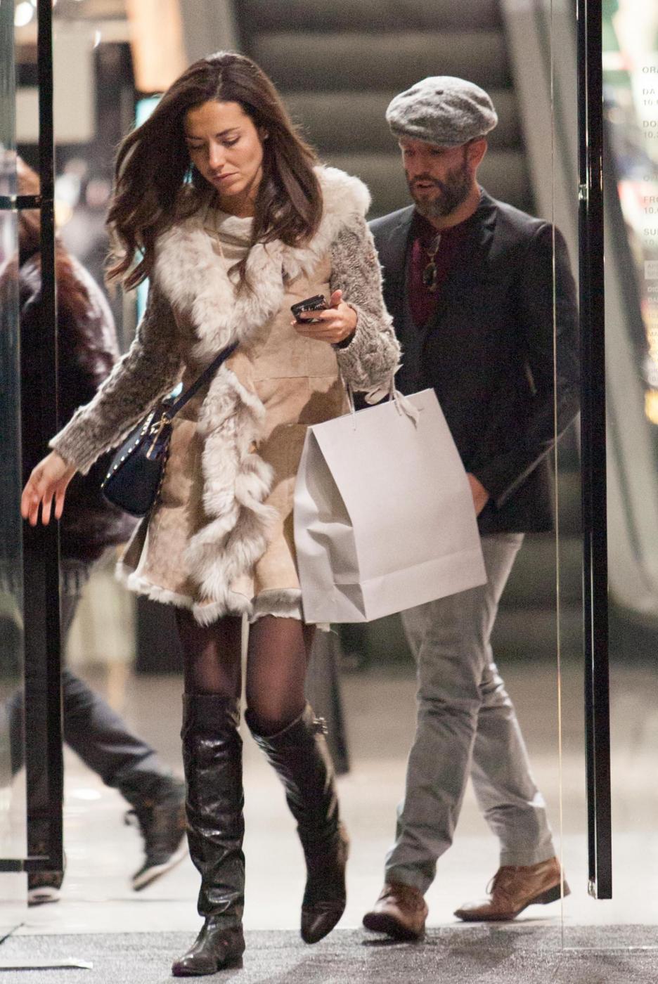 Laura Barriales in stivali e pelliccia a fare shopping 10