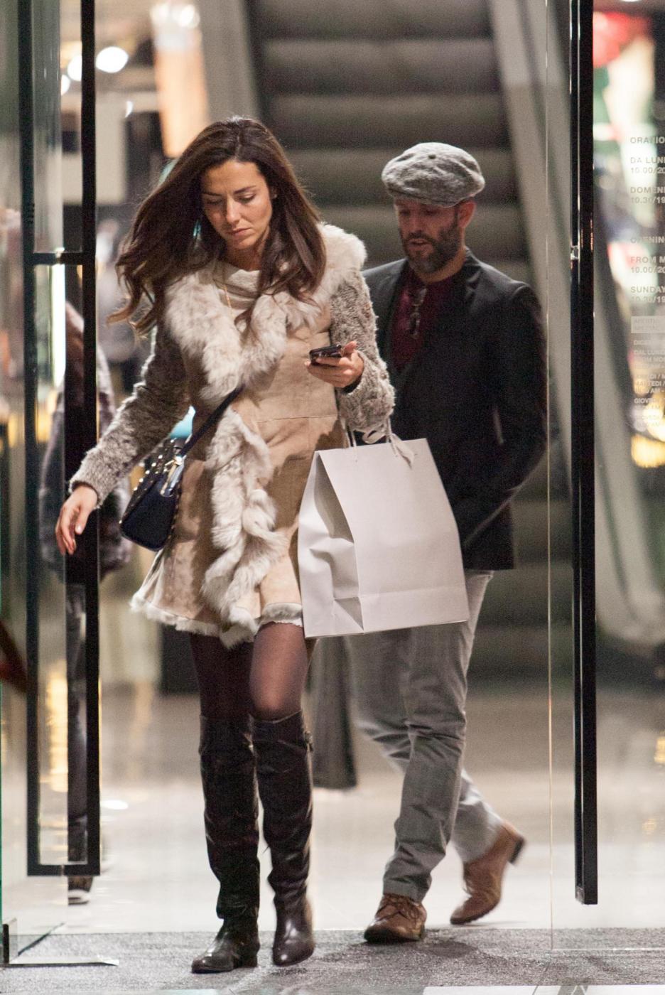 Laura Barriales in stivali e pelliccia a fare shopping 7