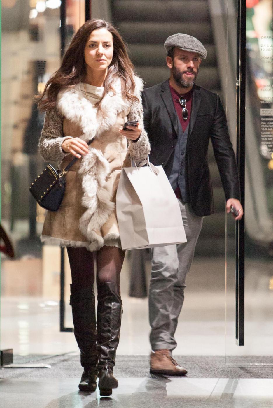 Laura Barriales in stivali e pelliccia a fare shopping