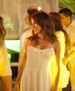 Martina Stoessel (Violetta) sensuale con l'abito bianco FOTO