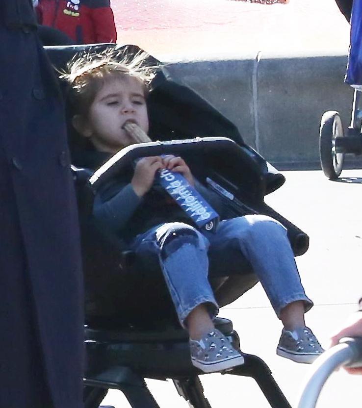 Kanye West e Kourtney Kardashian a Disneyland con i figli7 293a7cc107ff
