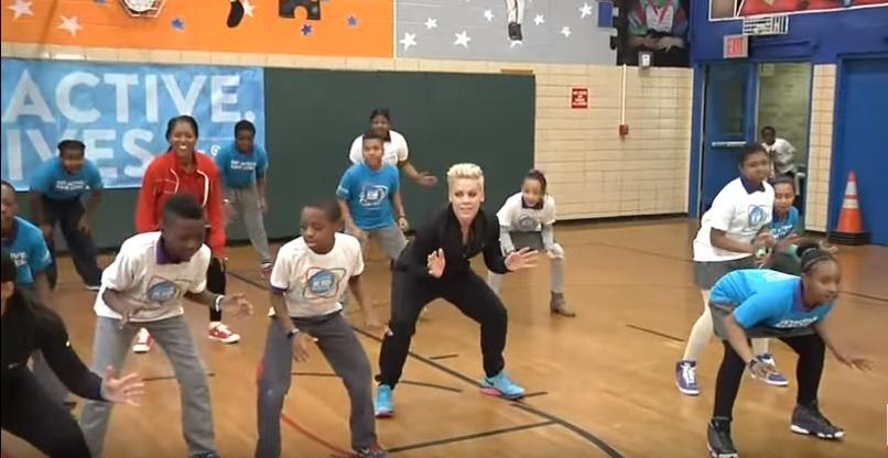 Pink ambasciatrice Unicef fa ginnastica con i bambini VIDEO
