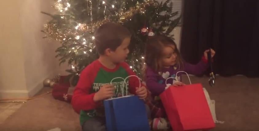 Regali di Natale brutti: scherzo genitori a figli, VIDEO virale