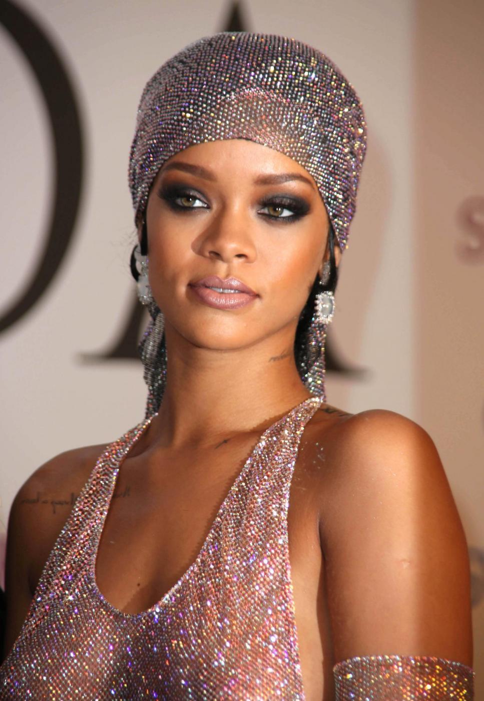 Perrie Edwards copia Rihanna: abito trasparente glitterato FOTO