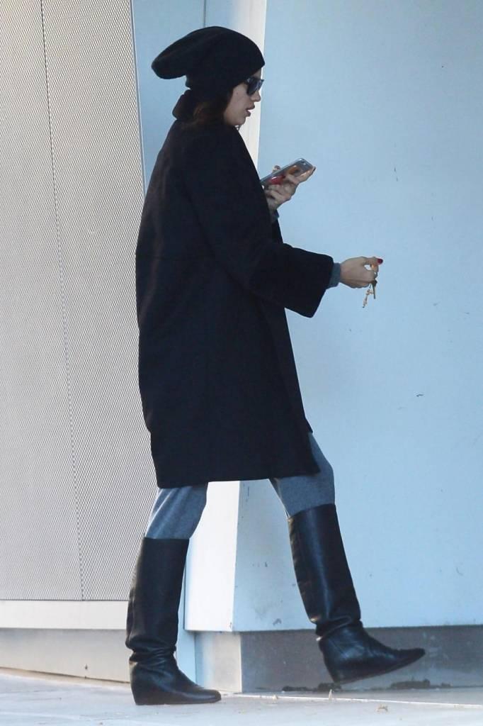 Irina Shayk a passeggio per New York: look bocciato FOTO 5