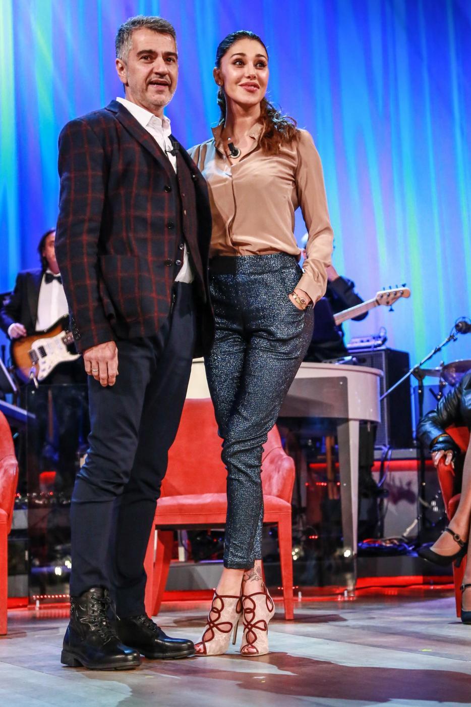 Belen Rodriguez, sandali con tacco al Maurizio Costanzo Show FOTO