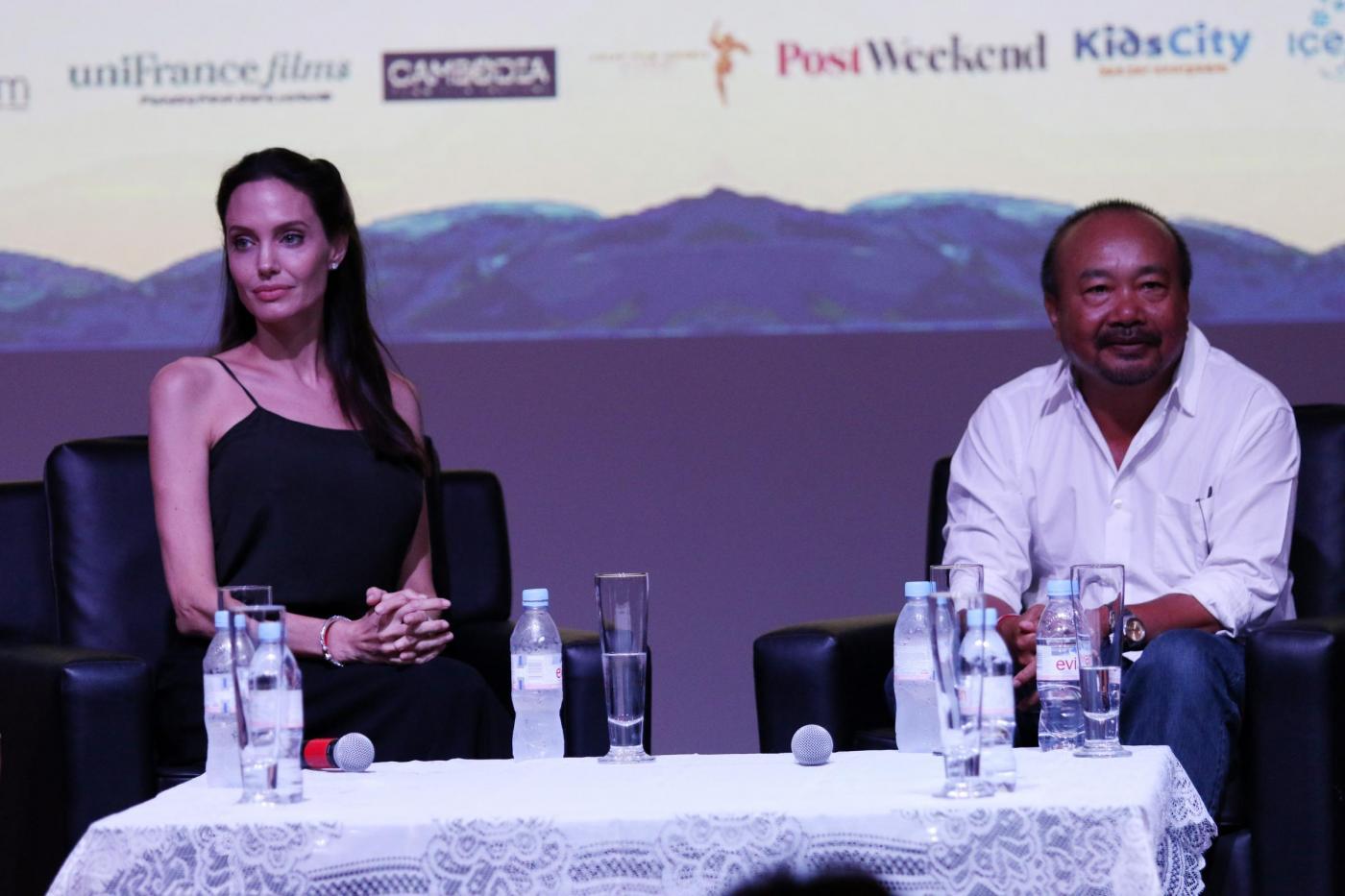 Angelina Jolie, look total black al Cambodian Film Fest FOTO
