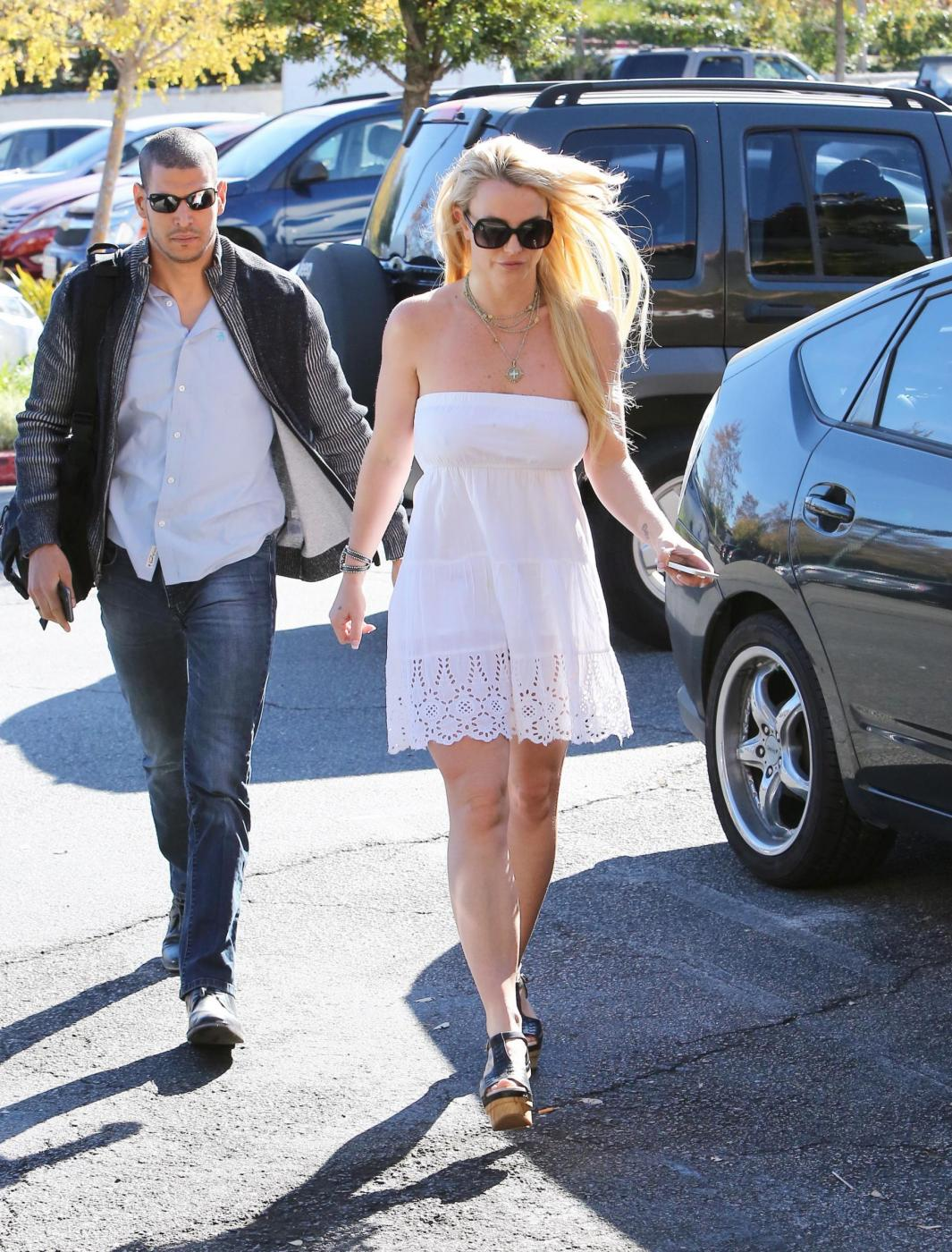 Britney Spears: magrissima con vestitino bianco FOTO