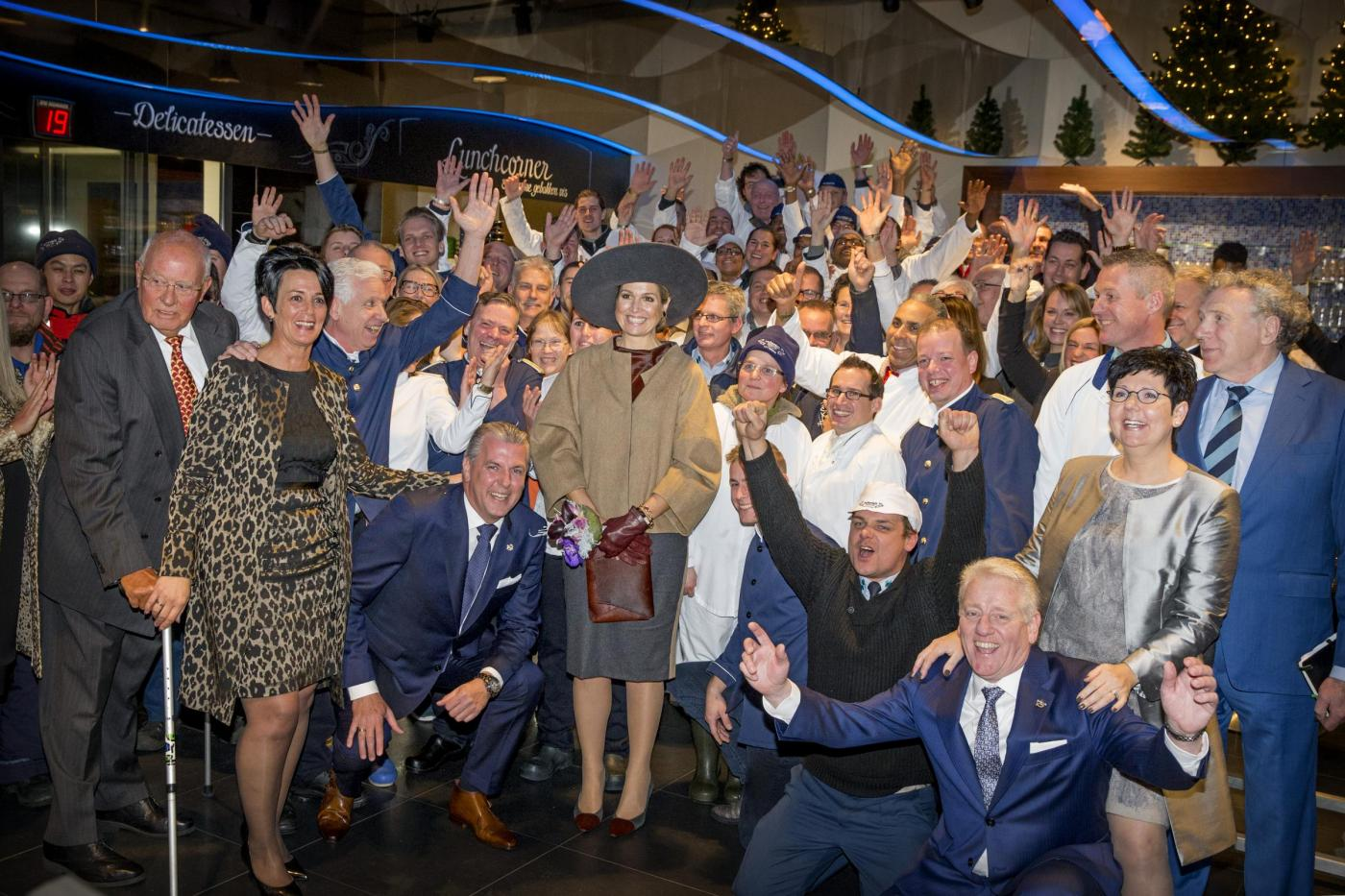 Maxima d'Olanda: galosce e camice al mercato del pesce FOTO